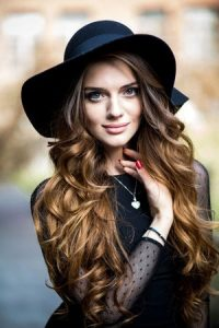 curly-festival-hair-with-hat